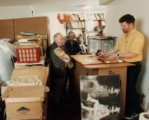 Garis Webberis, pakuojantis kolekciją iš Vogelių namų Vašingtone ir Jack'as Cowart'as fone, 1992 m. Fotografijos aut. John'as Dominis